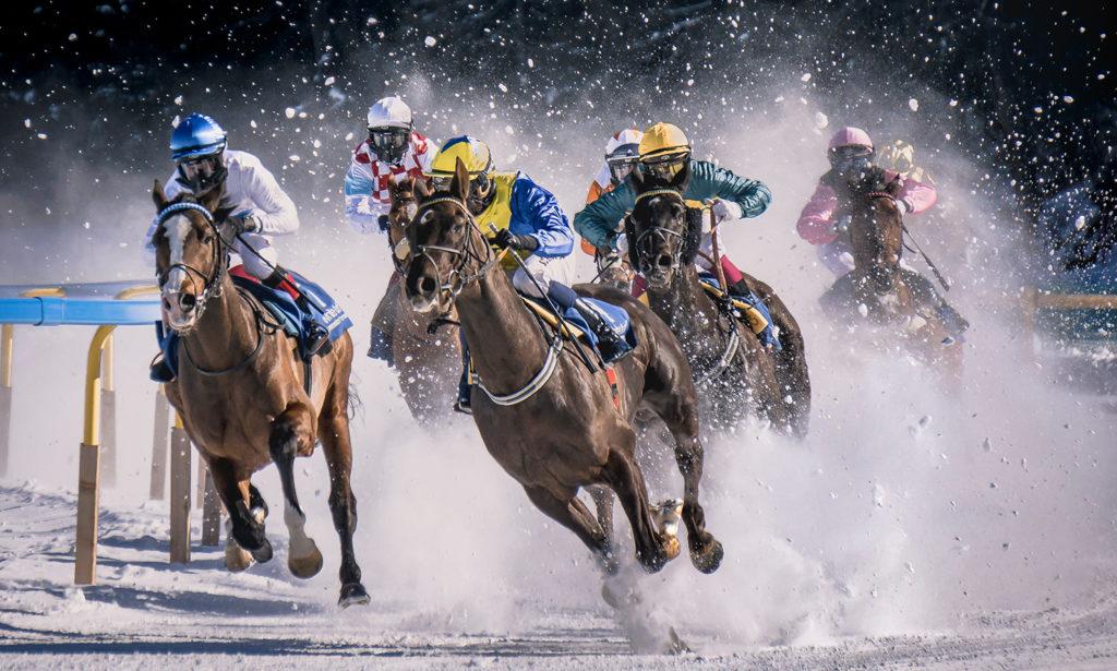 Renpaarden met ruiters in de sneeuw, een illustratie bij een advertentietekst van de tekstschrijvers