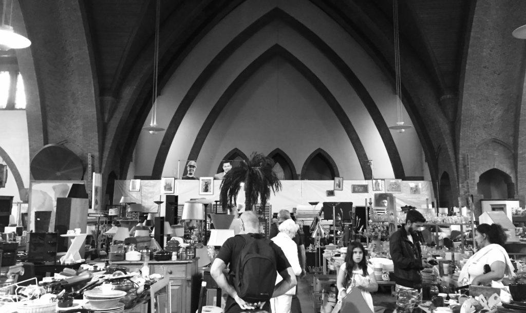 Een kerk omgetoverd tot kringloopwinkel. De tekstschrijvers