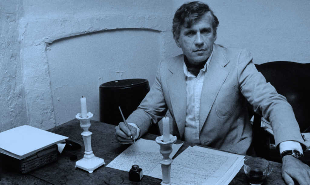 De Nederlandse schrijver Gerard Reve achter zijn schrijftafel