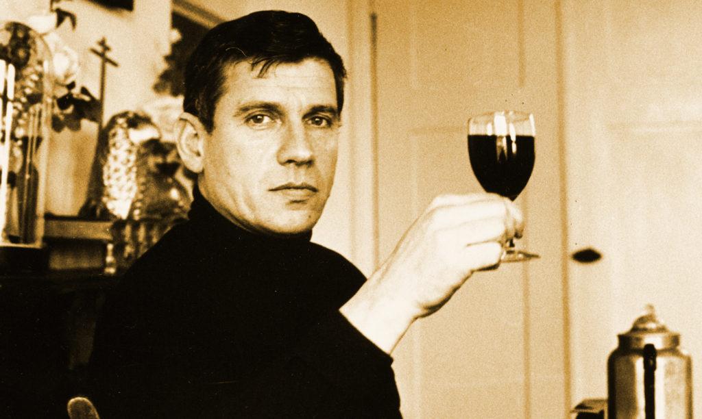 de jonge Reve met een wijnglas; zo zien we die tekstschrijver graag