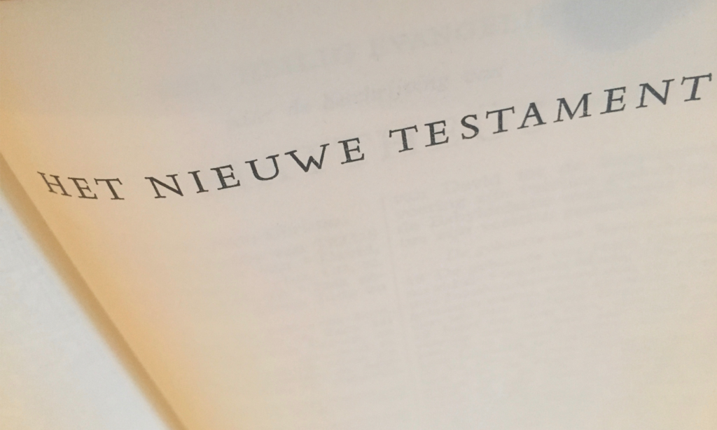 Opengeslagen bijbel met het schutblad van het nieuwe testament, over tekstschrijvers gesproken.