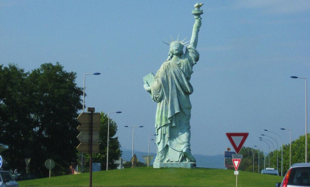 Vrijheidsbeeld op een verkeersplein in Frankrijk, illustratie bij copywriter versus tekstschrijver.